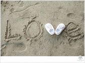 So süß für Schwangerschaftsfotos! Babyschuhe im Sand! Bild von Weiß – Baby …   – Schwanger Ideen
