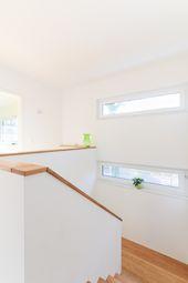 Schmale Fenster am Treppenabsatz – ECO System HAUS