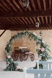 Une arche de cérémonie ronde lors de ce mariage champêtre et chic au coeur de…