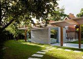 McGarry-Moon Architects erweitert ein traditionelles Torhaus um eine Erweiterung aus Beton, Holz und Glas   – House Exterior