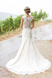 Atemberaubendes Brautkleid mit Spitze und Eukalyptus Brautstrauß – Vintage … …   – Hochzeitskleid