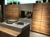 Küche Nussbaum mit Einschubtüren die seitlichen zwischen Schränken verschwind…