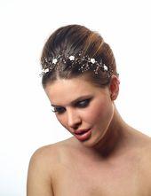 Couronne de cheveux romantique avec fleur et brillants.  #accessoiresmariee, #ch…