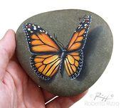 Original handbemalt Monarch Schmetterling ruht auf einem Felsen | Einzigartige Painted Rock von Roberto Rizzo