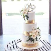 Von dieser Torte besessen, eine perfekte Balance aus Goldfolie und Blumen @missladybirdca …   – Wedding cakes