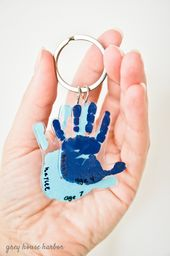 DIY Handprint Keychain – tolle Geschenkidee! | greyhouseharbor.com   – Diy father's day gifts
