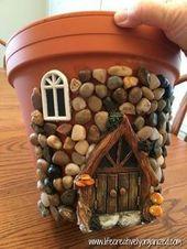 Kleben Sie Kieselsteine und Moos in den alten Terrakotta-Topf und sehen Sie zu, wie er sich in ein eigenartiges Märchenhaus verwandelt