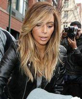 Kanye West Spielt Mit Seiner Verlobten Kim Kardashian Haircuts Hai Platinum Blonde Hair Kardashian Hair Long Hair Styles