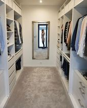 Ankleidezimmer mit Spiegel-Bauch-Bild