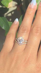 Mezclar y combinar anillos con diferentes metales en hermosos conjuntos de novia es uno de …   – matching wedding rings