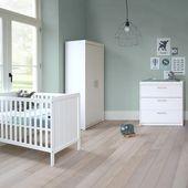 chambre de bébé bleu-gris peinture avec éclairage vintage   – Kinderzimmer