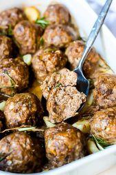 plato de 30 albóndigas enteras con una albóndiga partida por la mitad para mostrar el interior   – 10 Minute Dinners
