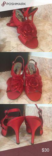Rote Nina Satin High Heels Satin, roter High Heel Rüschenblumendetail auf Zehensilber …