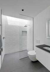 Modernes und funktionales Haus, das auch als Autogebäude und Privatresidenz dient   – Badezimmer