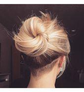 V-förmiger Hinterschnitt und langes blondes Haar