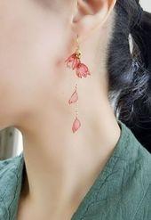 Boucles d'oreilles pendantes en rose, fleurs, motif floral d'or également en cadeau., #Als #also #of …