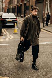 Der Besucher schaut auf die London Fashion Week Men's – Street-Style