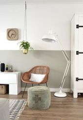 Eine lange Wand entlang des Esstisches und der Küche streichen halb hoch grün – Wandfarbe