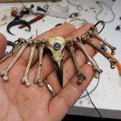 Realistische Crow Skull Choker Halskette, realistische Knochen Halskette, Regenbogen Mondstein Halskette, Harz Anhänger, Gothic Style Halskette, Kunstharz