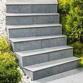 Fixer Le Carrelage Sur Les Marches Amenagement Jardin Escalier Escalier De Jardin