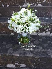 Brautstrauss im Stil von Meghan mit vielen kleinen weissen Blüten und Naturstie… – Hochzeitsideen