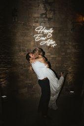 Neon glücklich je nach Zeichen für Hochzeit / / Bild von James Frost Photography