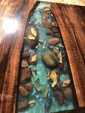 Live Edge River Tisch mit Steinen und Blättern Walnuss – Epoxidharz Holzmöbel