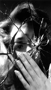 Spiegel Porträt kreativ Ausdrucksstark Zerbrochen Fotografie Idee Schwarz Weiß