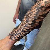 tattoo engelsflügel, mann mit 3d tätoiwerung am unterarm, realitischer flügel…