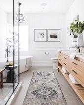 Modernes Badezimmer mit freistehender Badewanne, blauer und grauer
