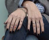 Anmutige weibliche Fingertattoos: viele Ideen ….