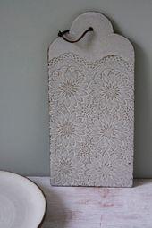 Rustikale weißen Käse vom Brett, Keramik Teller