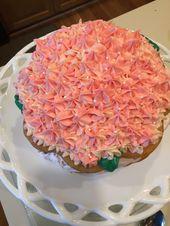 Gelber Kuchen mit vier Schichten Erdbeer- und Schlagsahne mit Buttercreme …