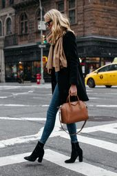 Blonde Frau mit Braunem Schal Schwarzer Wollmantel…