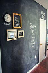 Flur mit kreativer Wandgestaltung und jede menge P…
