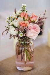 Simple flower decoration for the wedding with glass vase  – Blumen-Tischdekoration, Centerpiece, Blumen für die Hochzeit