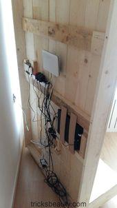 Ansicht der Rückseite der Holzplatte, in der die Geräte platziert werden. Unsere Mauer ist immer noch perfekt
