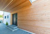 Eingangsbereich Haus aussen mit Podest & Vordach überdacht, Fassade aus Holz – … – Architektur Detail