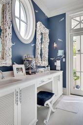 flippig dekoriertes Bad in Weiß und Blau
