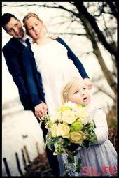 Hochzeitsfotos, die Jungvermählten mit Kind schießen,  #die #fotografieinspirationen #Hochzei…