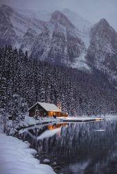 Photo of schöne Hütte an einem Bergsee im Winter