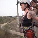 Tv Brutal Charlotte Roche Wagt Bungee Sprung Mit Titan Haken Im Rucken Video Charlotte Roche Klaas Heufer Umlauf Joko Und Klaas