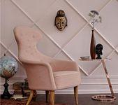 Wohnen mit Farben – Einrichten in Braun und Rosa –     Wand mit Stuckleisten ver…
