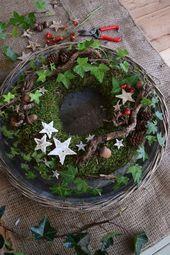 DIY Mooskranz für den Winter. Mach es dir einfach selbst mit Moos, Hagebutten, Efeu, …   – Deko mit Naturmaterialien