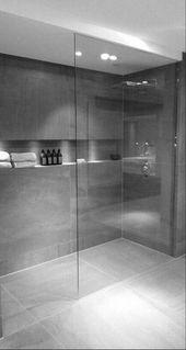 Badezimmer-Design mit begehbarer Dusche und freistehender Badewanne