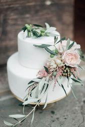 Hochzeitstorte mit Blumendetails von den Gartenrosen und von den Olivenzweigen. #italiandest …   – Wedding Inspo