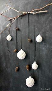 Boules de Noël boules et beurre de cuir sur branche comme cru …