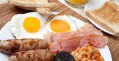 La chrononutrition est une méthode de nutrition consistant à manger différemment tout au long de la journée des éléments nutritionnels spécifiques. Le petit-déjeuner est constitué d'aliments riches en graisses pour subvenir aux besoins de l'organisme et ainsi éviter les fringales en fin de matinée. On évite les sucres rapides et on mange plutôt des repas riches, comme nos voisins les anglais. Le déjeuner doit être dense et riche en protéines. Le repas doit être composé d'un plat unique, sans entrée, fromage, dessert, boisson alcoolisée afin d'éviter les digestions difficiles qui vous font dormir. Au goûter, vous pouvez manger, mais du sucré ! Le diner doit être l'opposé du petit-déjeuner, c'est-à-dire light et pauvre en glucides et lipides afin d'éviter le stockage. Au niveau des quantités de viande ou poisson, elles doivent être calculées en fonction de votre taille :