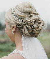 Dame avec une coiffure de mariée élégante avec voile   – Haarfrisuren