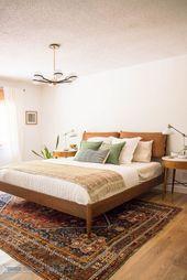 Modernes Mid Century Schlafzimmer mit weißen Wänden, Vintage Teppich, Lederkopfteil und …   – Home Decor